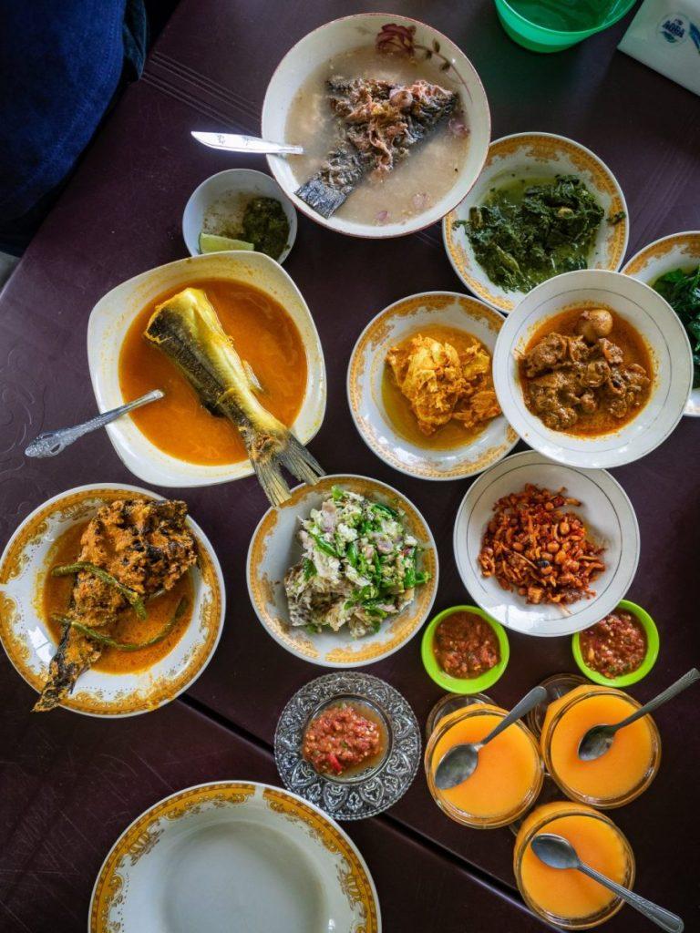 Menikmati Ikan Baung dan Holat yang segar di RM Bung Rizal & M. Br. Regar 14