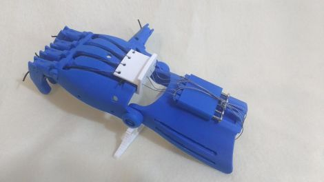 Shows a raptor reloaded eNable hand with a white carriage that controls individual fingers.