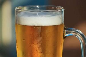 Clear mug of american pale ale