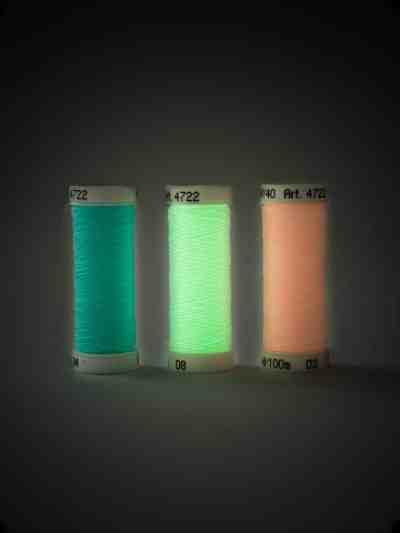 Fluoreszierendes Leuchtgarn zum Sticken