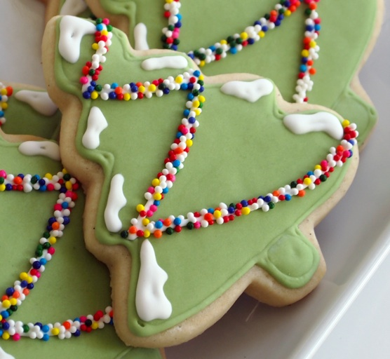 Simple Cookie Designs: Snowy and Sprinkle-y Christmas Tree Cookies