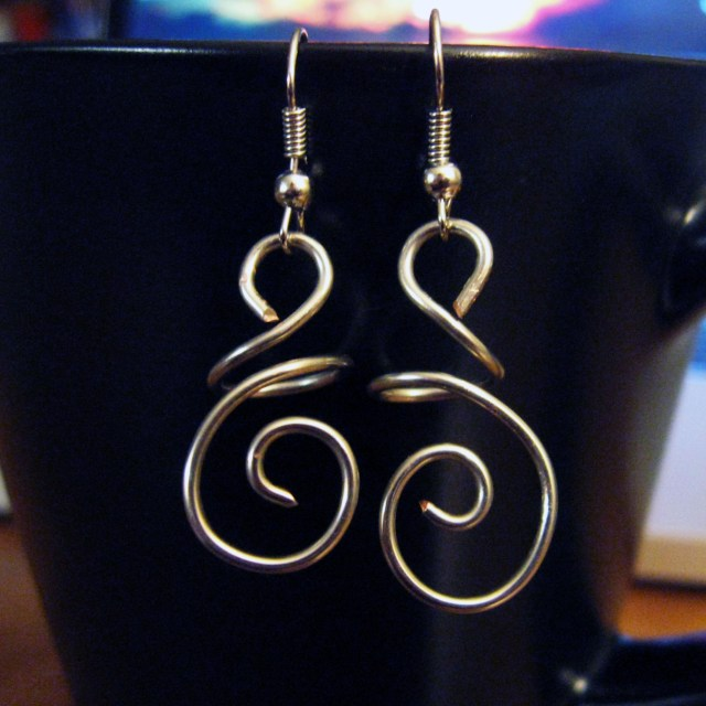 DIY hanging swirl wire earrings