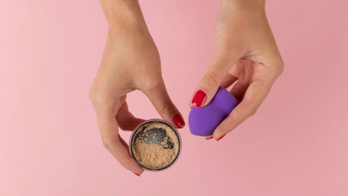 hands girl holding powder beauty blender   Use A Beauty Blender Makeup Sponge In Different Ways