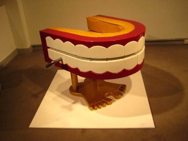Wind-up chomper teeth chair