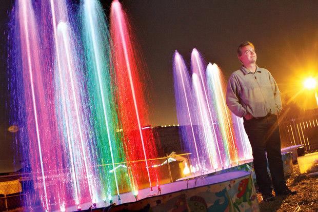 Washington Man Builds Bellagio-Style Dancing Fountain in Front Yard