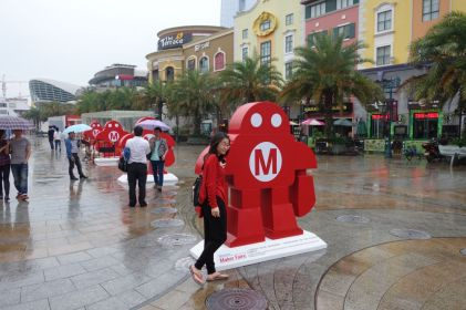 The rain didn't stop people from taking pictures with Makey.