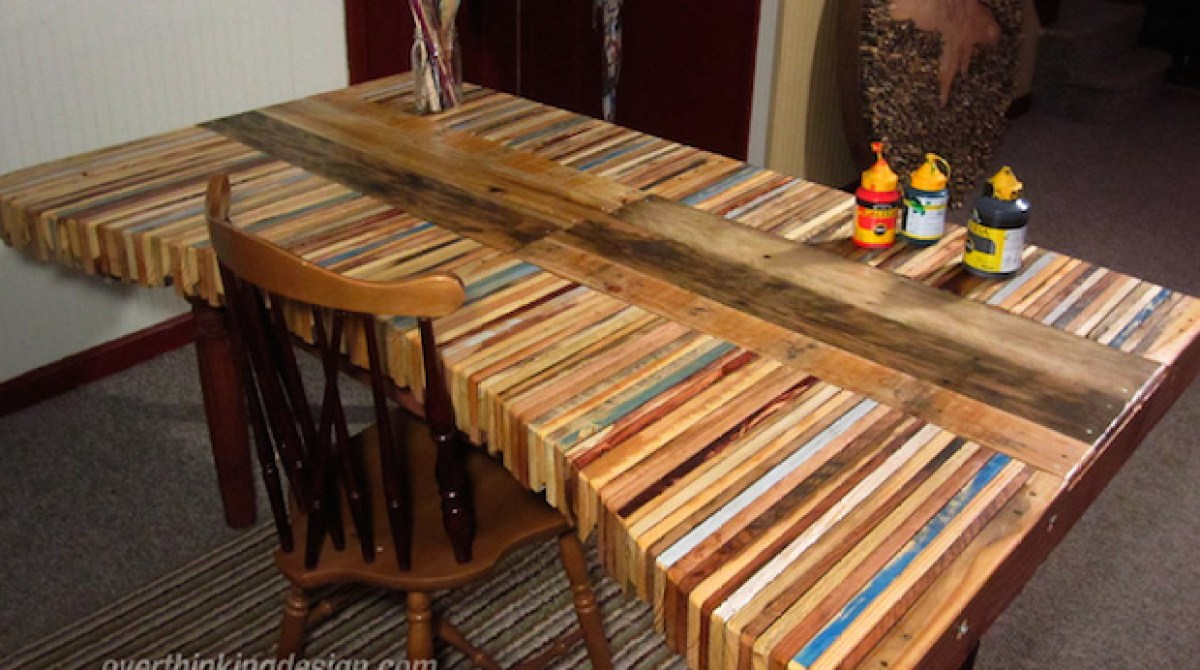 Diy inspiration stacked wood pallet desk make for Palet jardin salon mesa