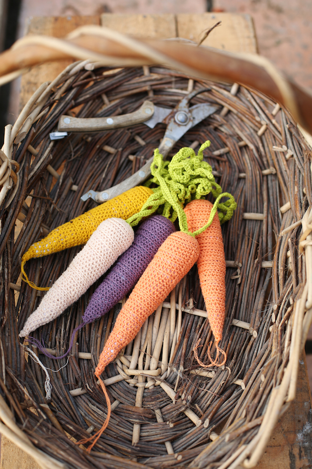 messyla_crocheted_carrots_01