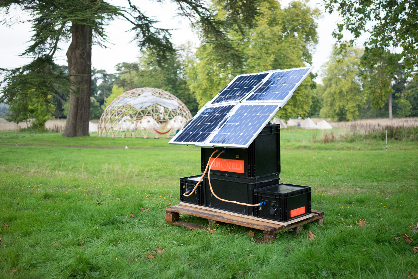 This Open Source DIY Solar Generator Unfolds Like a Flower