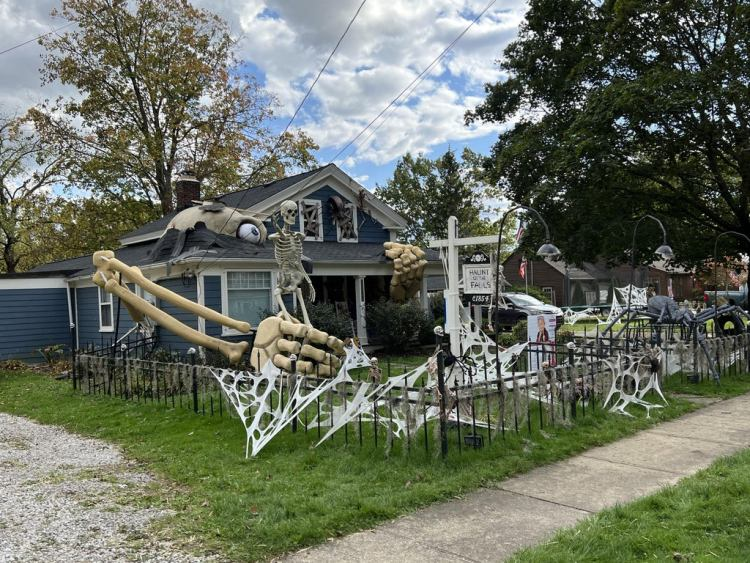 How To Make Absolutely Giant Skeletons For Halloween featured image