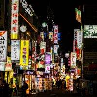 韓国の夜の繁華街の写真