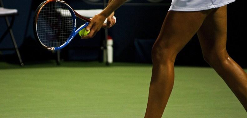 テニスをする黒人女性の足の画像