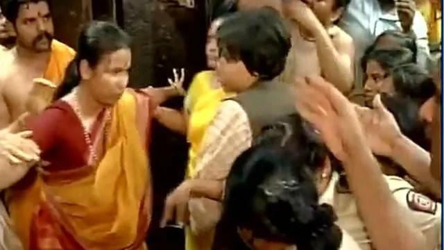 trupti-desai-being-stopped-at-mahalakshmi-temple