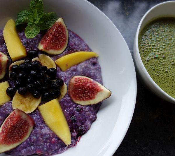 Buntes Power-Frühstück mit Hirse-Buchweizen-Brei und Matcha-Reismilch (vegan, geeignet bei Laktoseintoleranz)