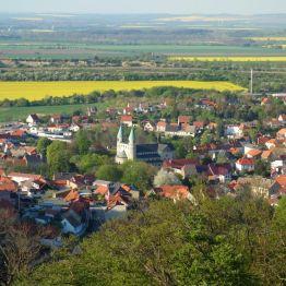 """Blick vom """"Försterblick"""" auf Gernrode mit der Stiftskirche St. Cyriakus"""