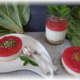 Kokosjoghurt-Törtchen mit Rhabarbertopping
