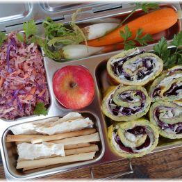 Lunchbox mit gefüllten Omelette-Röllchen und buntem Coleslaw