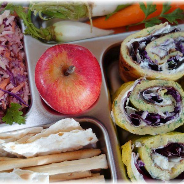 Lunchbox mit gefüllten Eierröllchen, amerikanischem Coleslaw und SoLaWi-Gemüsen