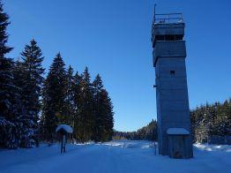 """Ein original erhaltener Grenzturm im Grenzmuseum Sorge. An der frei zugänglichen Freilicht-Gedenkstätte """"Ring der Erinnerung"""" befindet sich die Stempelstelle Nr. 46."""