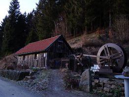 """Ein Nebengebäude des Rehberger Grabenhauses (Stempelstelle Nr. 155) mit Wasserrad bei St. Andreasberg. Hier fand im Dezember 2016 die von der Harzer Wandernadel organisierte """"Harzer Waldweihnacht"""" statt."""