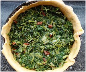 Gemüse-Bärlauch-Füllung auf den Teig geben