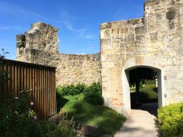 Aufgang mit antiken Mauerresten im Parkgarten am Kleinen Schloß