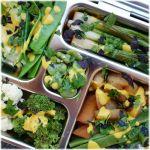 grün-weiße-SoLaWi-Lunchbox mit Reis & Currysauce
