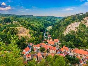 Blick auf das ostharzer Örtchen Questenberg. Links im Bild die Ruine der Questenburg!