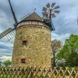 Die Holländermühle bei Endorf. Der Hausherr nahm mich ein Stück auf seinem Trecker mit, als das Gewitter schließlich losbrach!...