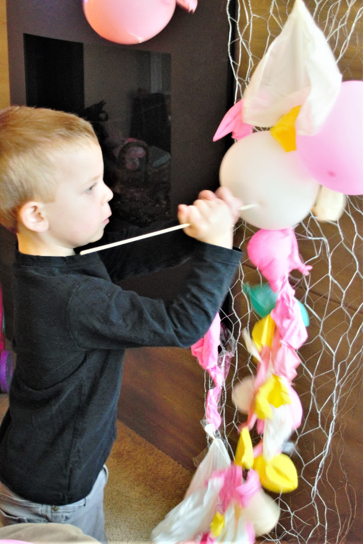 Balloon Arch Tutorial! - child popping balloons