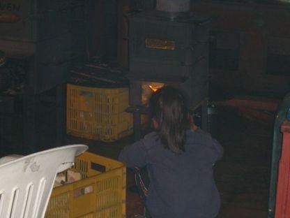 オーブンの温度を薪で上げる
