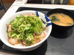 松屋のネギ塩豚丼大盛り540円