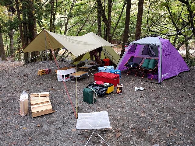 道志の森キャンプ場テントを張る