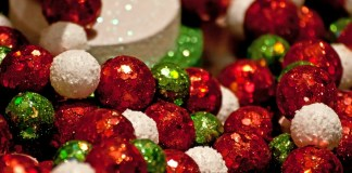 holiday-decor-sparkle-balls_GJHheDuO