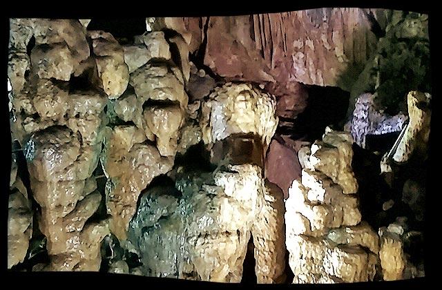大きくてどっしりとした鍾乳石