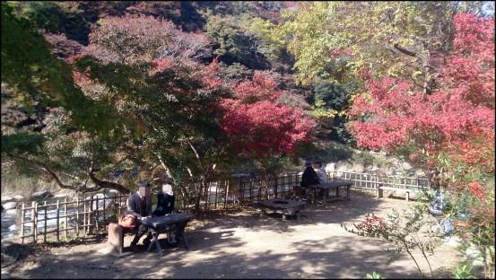 香嵐渓の休憩所のベンチ