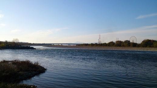 木曽川散策の川とオアシスパークの観覧車