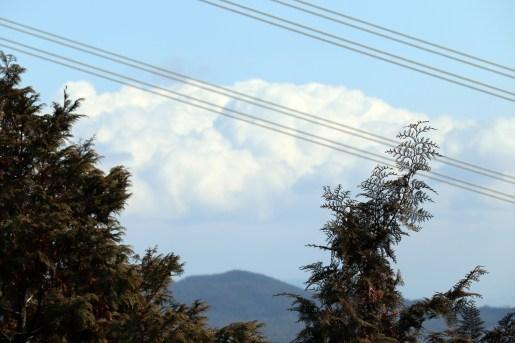 尾張富士の一眼の頂上から雲