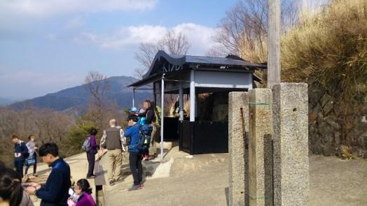 大文字山の展望台の観光客たち01