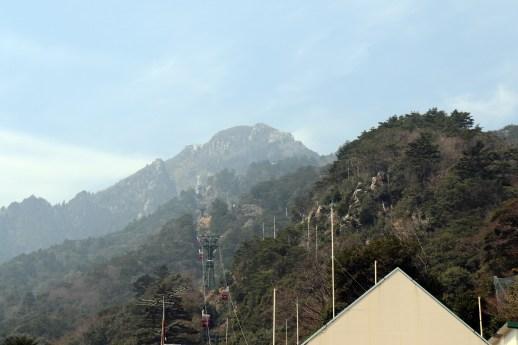 御在所1の麓から山頂を見上げる01