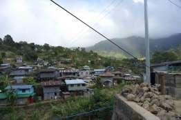 トタン、ブリキ、ガルバニウム系の家が多い。