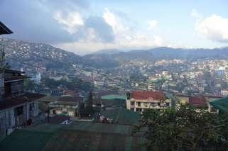 バギオの街は排気ガスで霞んでいる。山で囲まれている地形は排ガスの逃げ場がない。汚染された空気がたまりやすい。