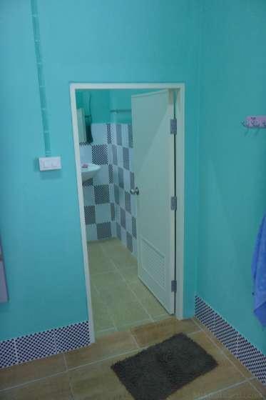 トイレ入口が低く頭を打つ。
