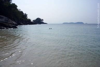 向こうの離れ島に向かって泳ぐと良い。