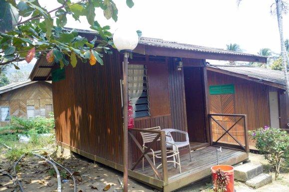 Salang Mutiara Resort の泊まった部屋。一番奥の高みにあるため、ロケーションは気に入っている。が朝から晩まで水がでなくてシャワーしたい時にできないのは辛い。断水の理由も説明しない。水がないのがバレるのが嫌なようだ。