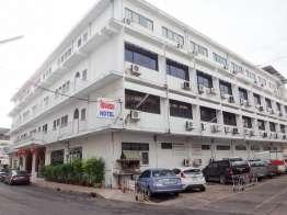 Thai Rungruang Hotel は320バーツで広い。臭いのきつい部屋があるので変えてもらう。
