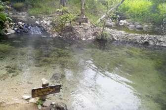 左側からお湯が、右上の水溜りからは冷水が流れる。飲めた。