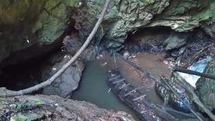 Maelana Cave の入り口。雨季は増水で入れない。ガイド付きでも行かない。