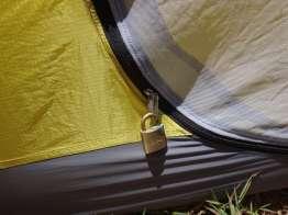 テントに南京錠