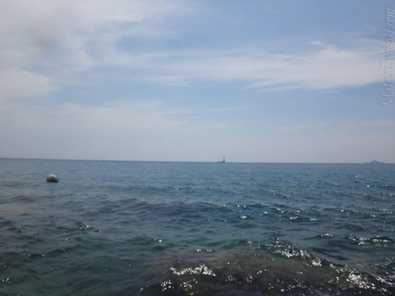 灯台付近の珊瑚が綺麗だというのでここから泳いで渡れるかと思ったが止めておいた。